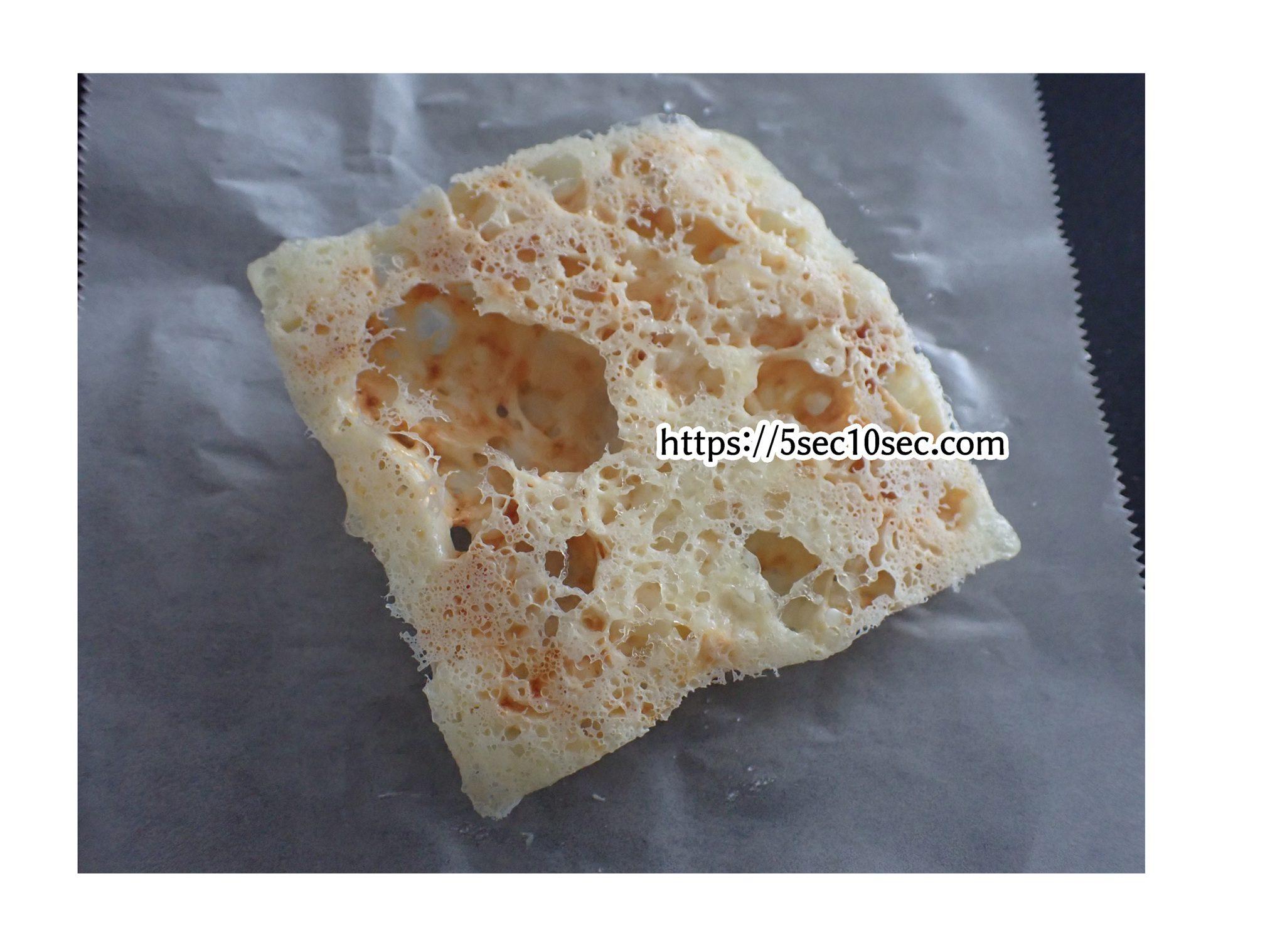 とろけないチーズを電子レンジで加熱するとふんわりボリュームのあるチーズスナックになる