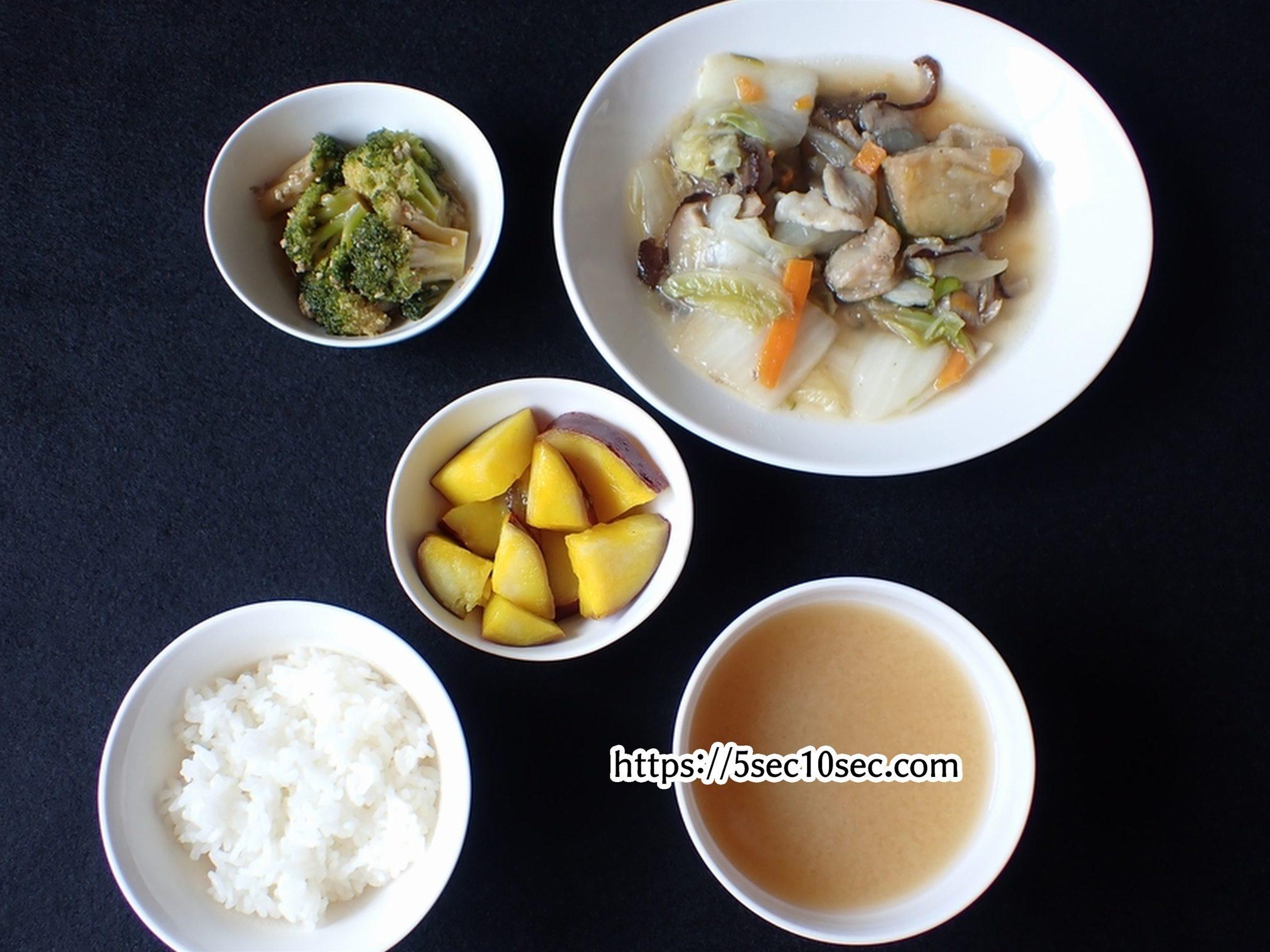 わんまいる 健幸ディナー 大阪泉州産 水茄子入り八宝菜セット ごはん、味噌汁を加えた写真