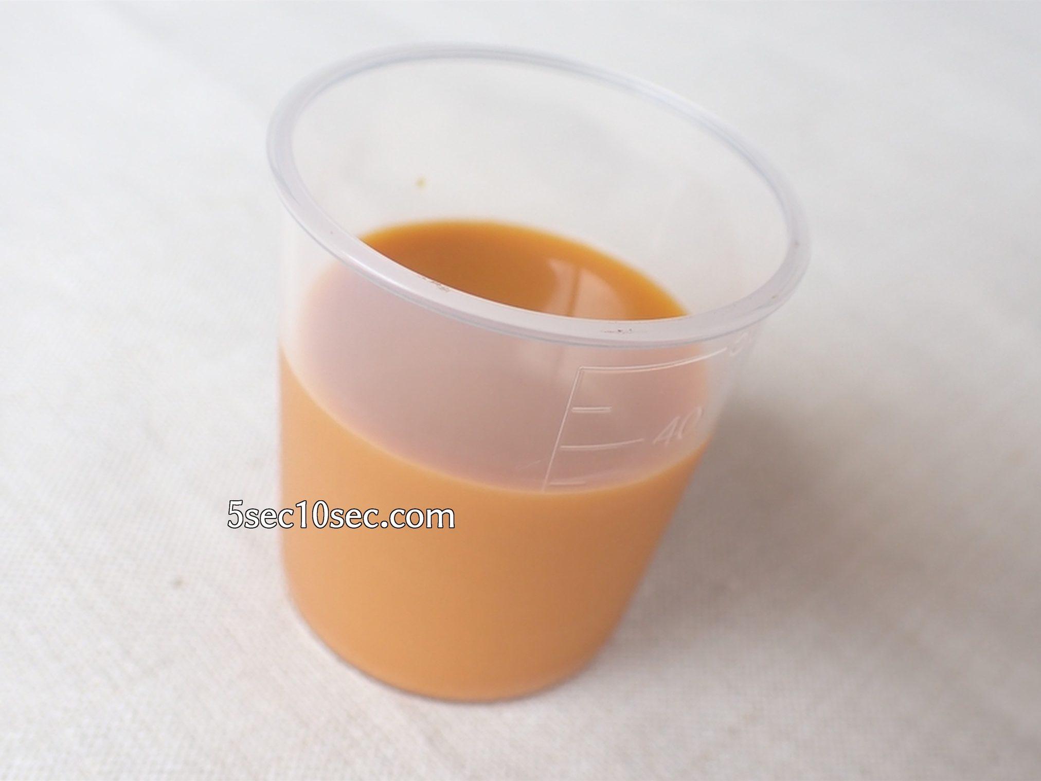 株式会社フィネス 黄酸汁 豊潤サジー 中身の写真、付属の計量カップに出してみた写真