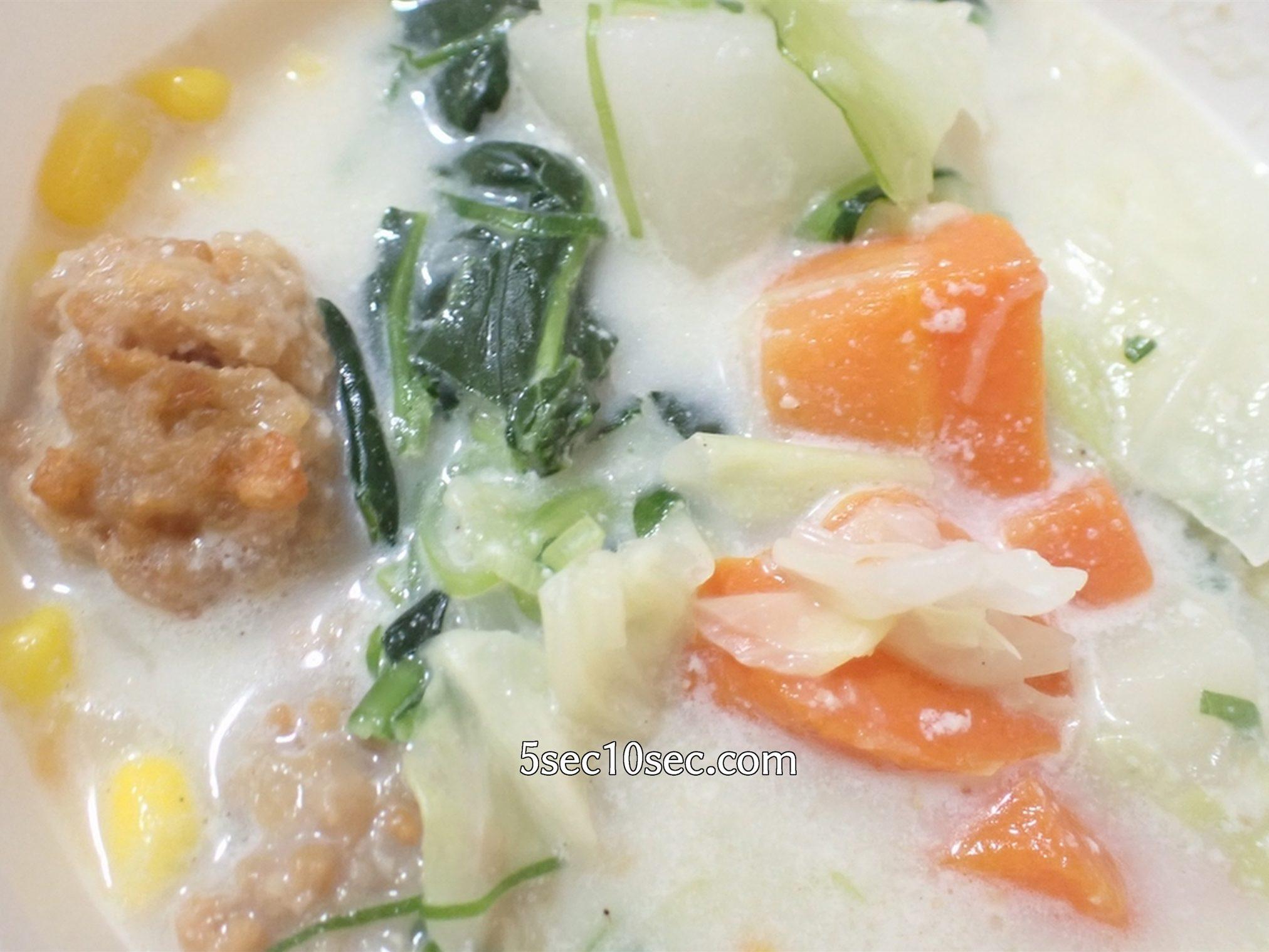 ウェルネスダイニング ベジ活スープ食 ごま豆乳の中に入っている野菜の具材の写真