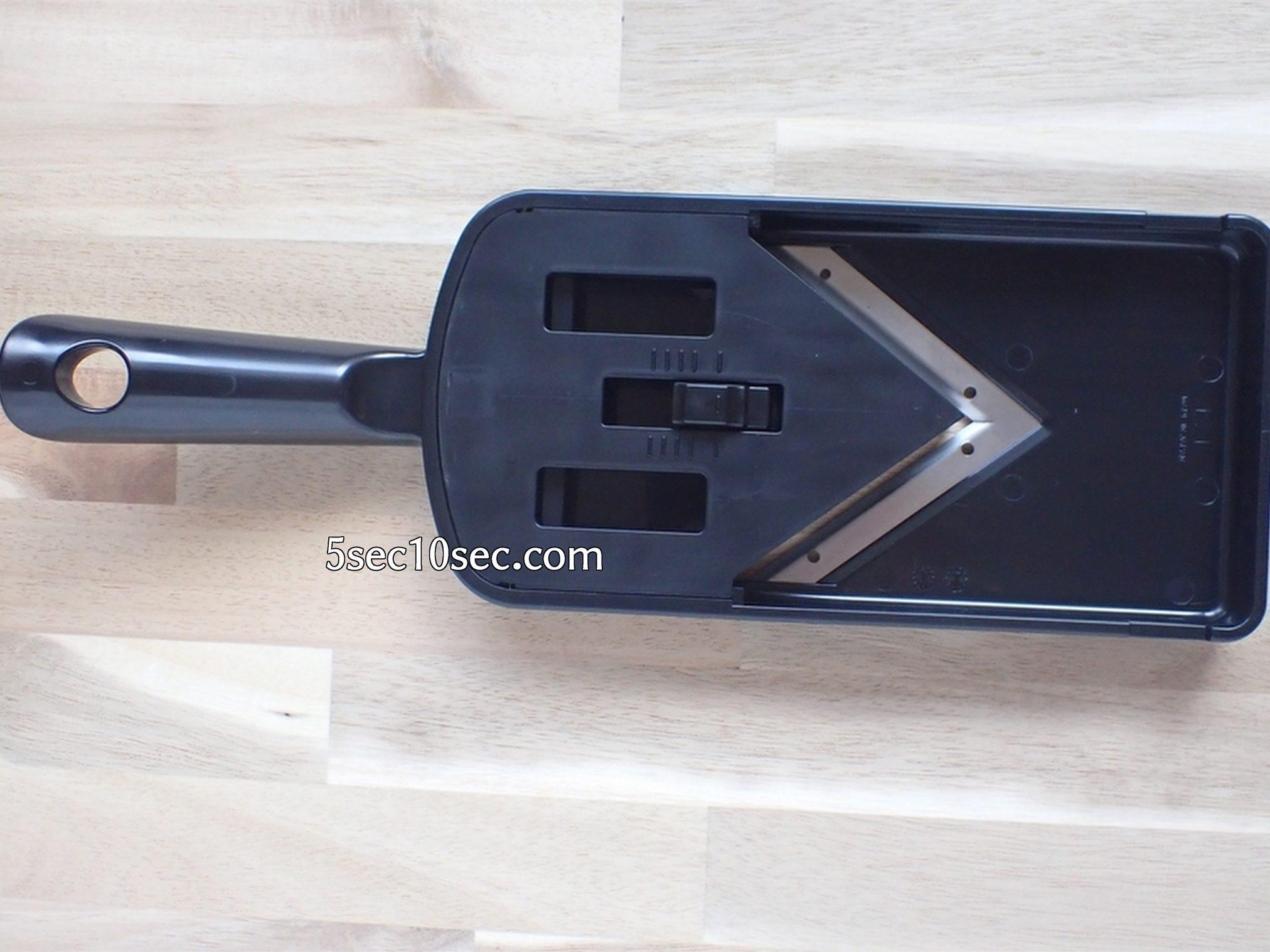 貝印 関孫六 可変式Vスライサー(ガード付き) レギュラー SEKIMAGOROKU 厚み調節機能がついていて、裏側の目盛りで厚さを調節出来ます