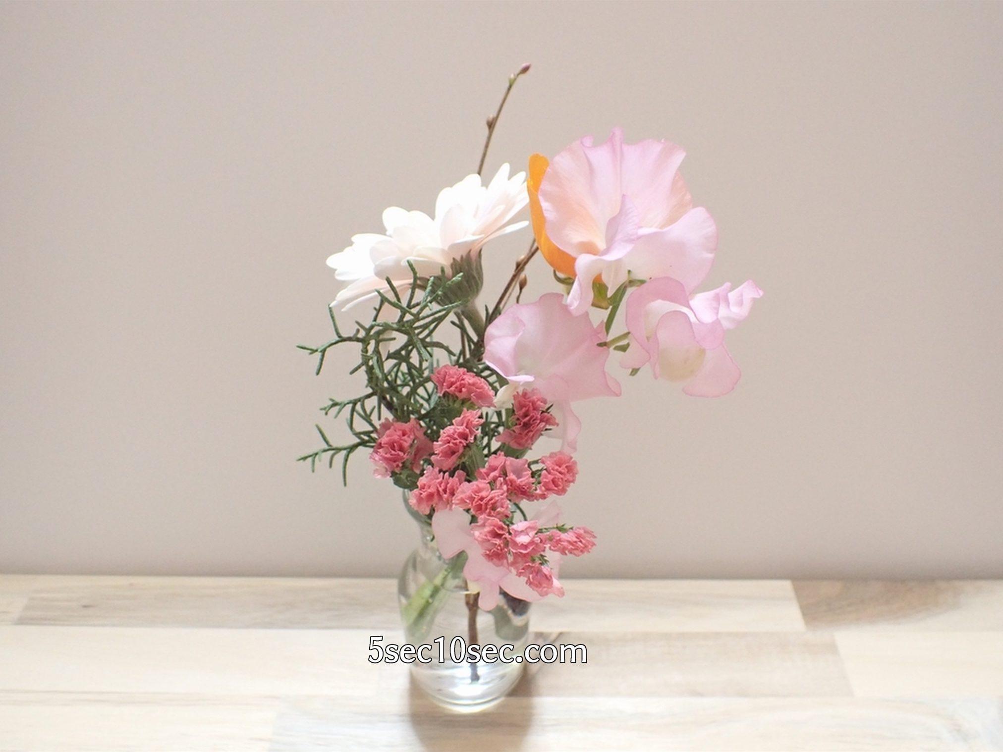 株式会社Crunch Style お花の定期便 Bloomee LIFE ブルーミーライフ 800円のレギュラープラン スイトピー、スターチスを前に持ってくると春らしく可愛い印象