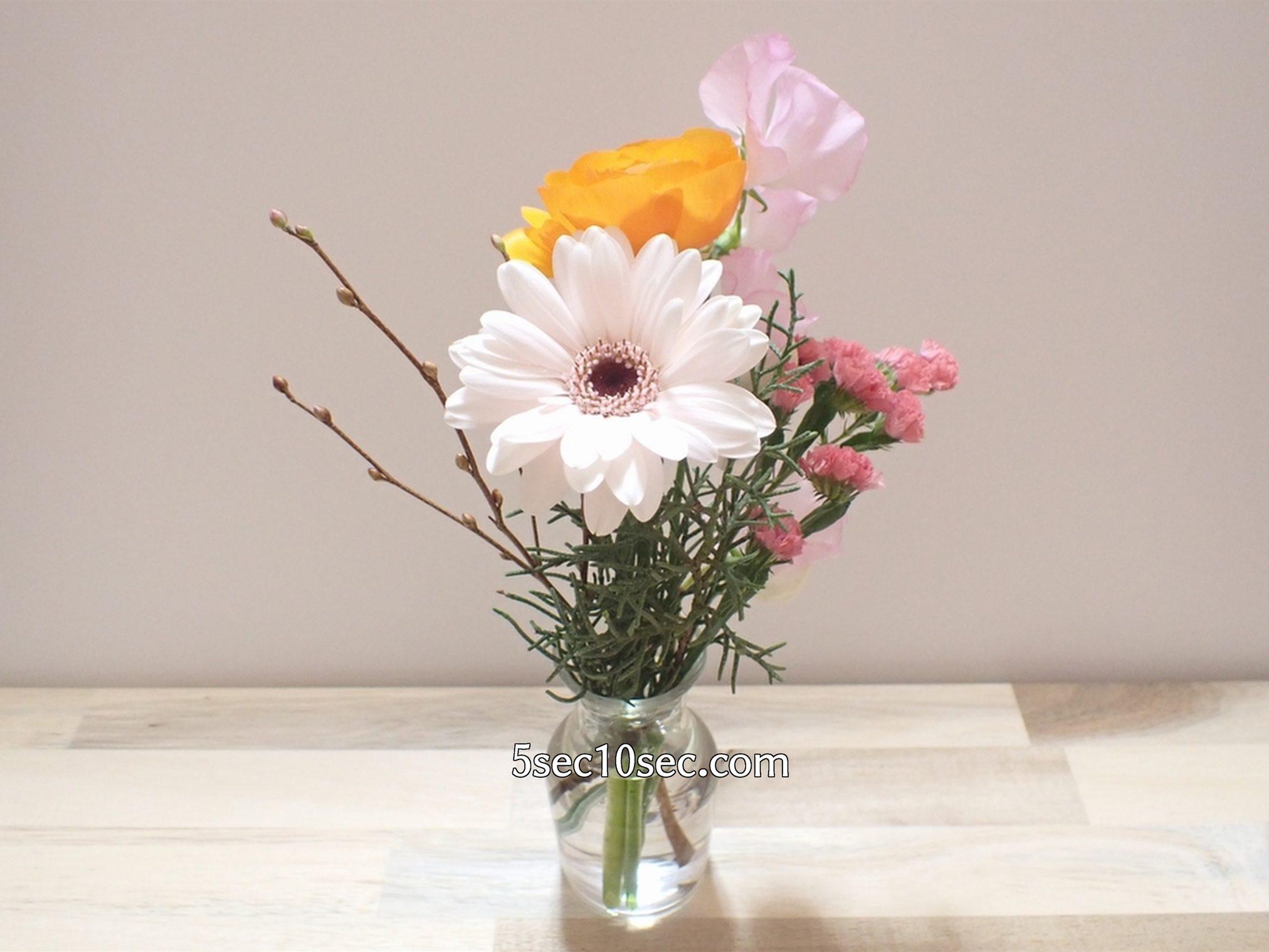 株式会社Crunch Style お花の定期便 Bloomee LIFE ブルーミーライフ 800円のレギュラープラン 今週のお花は、ラナンキュラス、スイトピー、姫水木、ガーベラ(ココット)、スターチス、ブルーアイスの6種類のグリーンと切り花でした