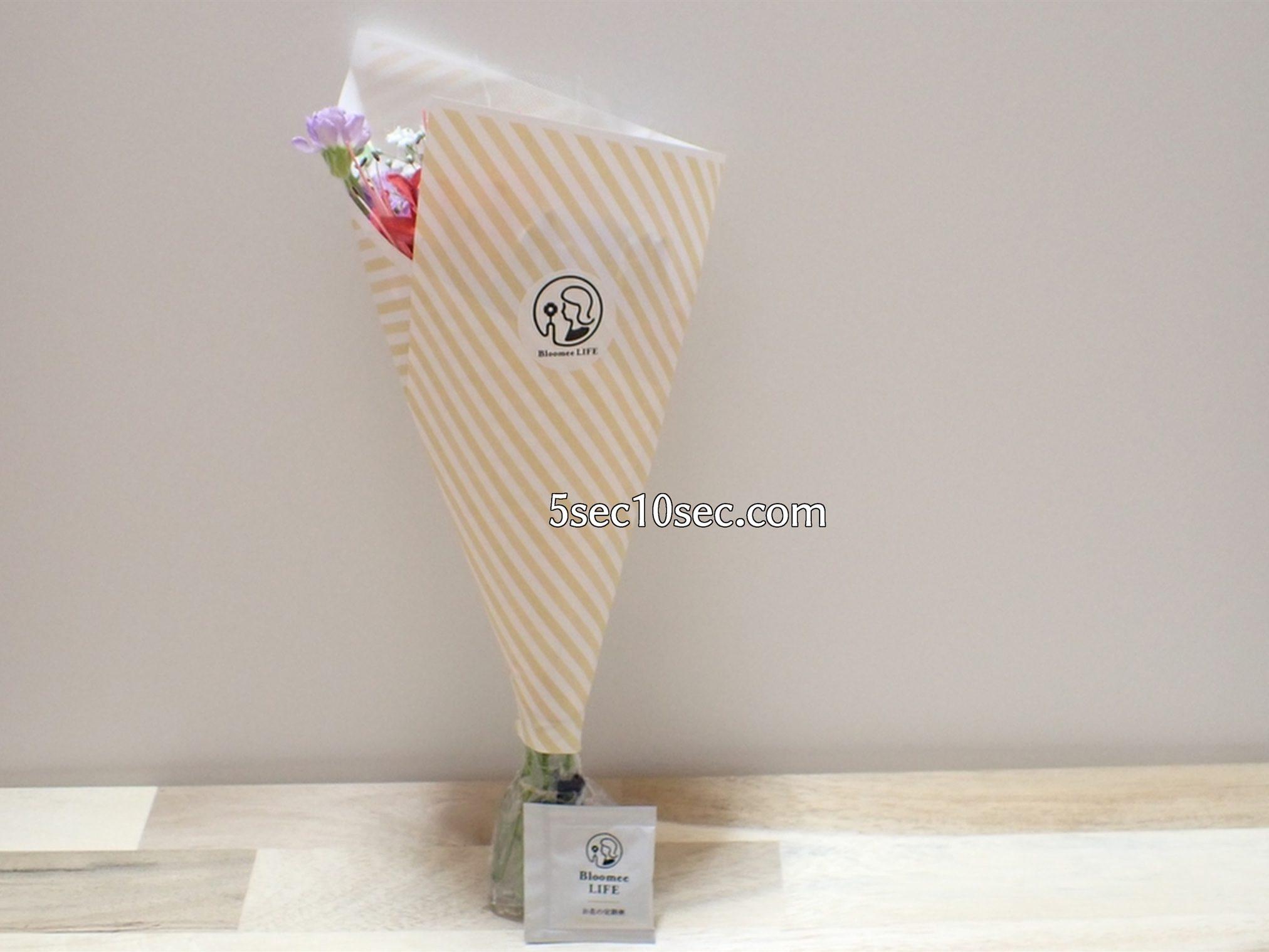 株式会社Crunch Style お花の定期便 Bloomee LIFE ブルーミーライフ 届いたお花をパッケージから取り出した包装されている状態の写真