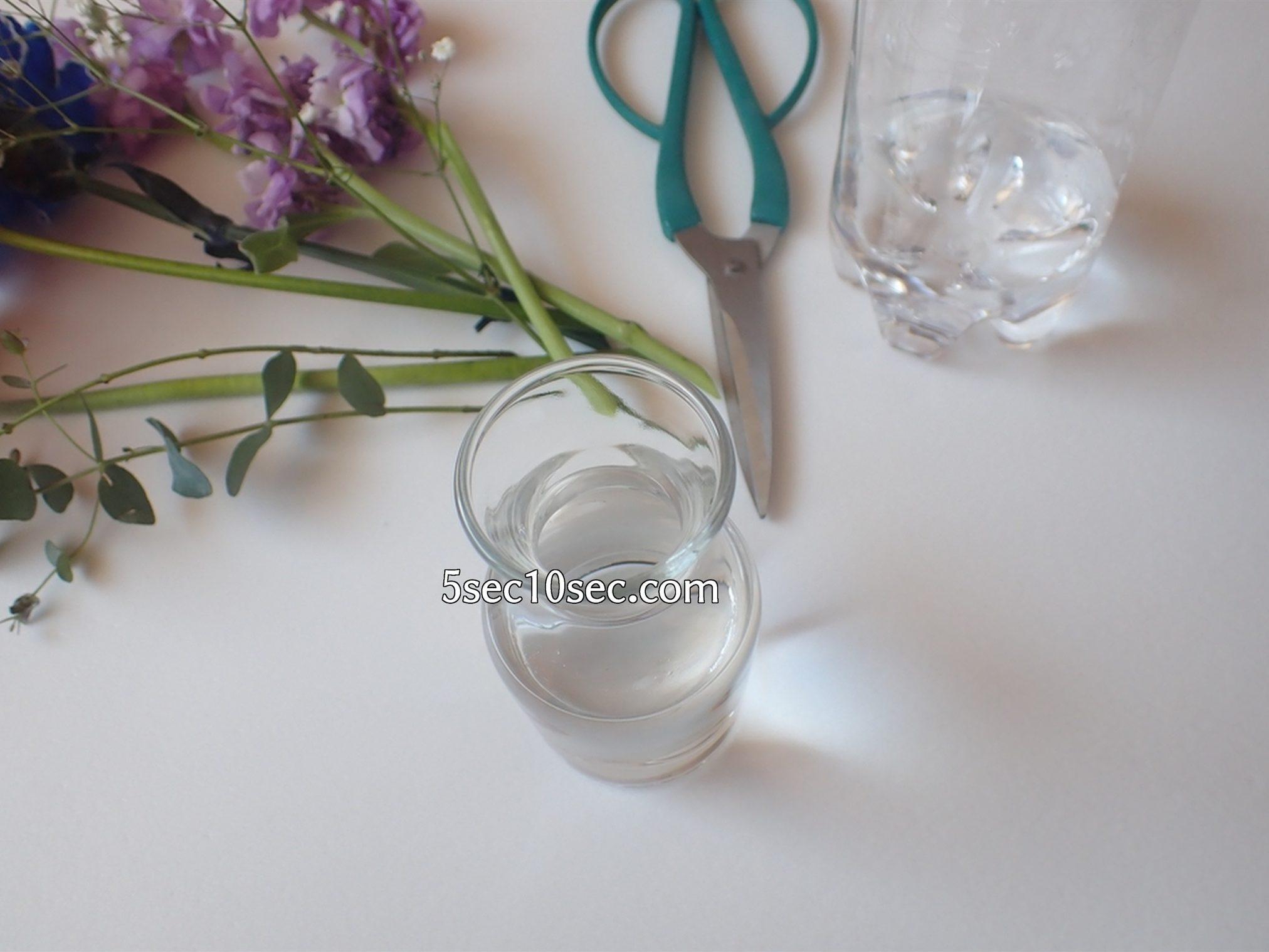 株式会社Crunch Style お花の定期便 Bloomee LIFE ブルーミーライフ 800円のレギュラープラン 茎を少し切って、切り口を新しくしてから、お花の延命水を入れた新しい水に水換えする