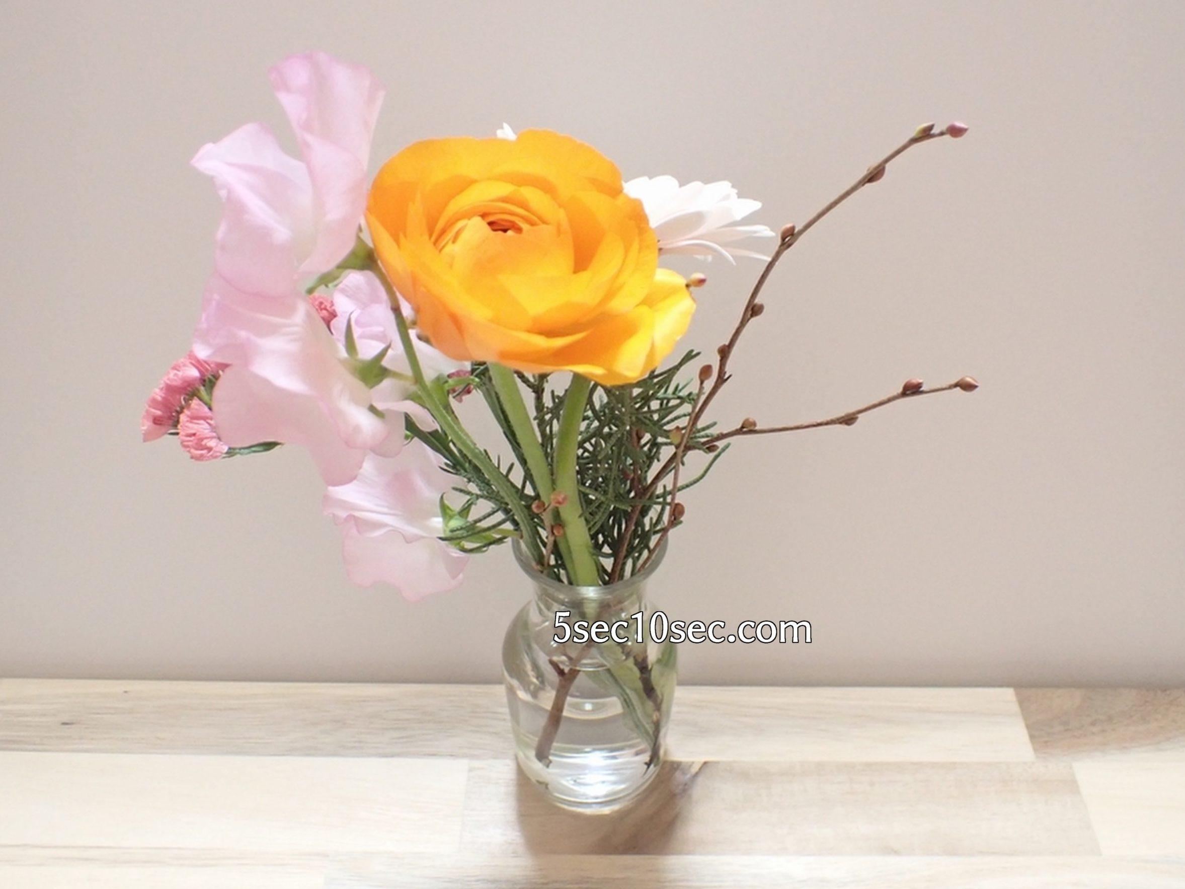 株式会社Crunch Style お花の定期便 Bloomee LIFE ブルーミーライフ 800円のレギュラープラン ラナンキュラス スイトピーを前に持ってきた写真
