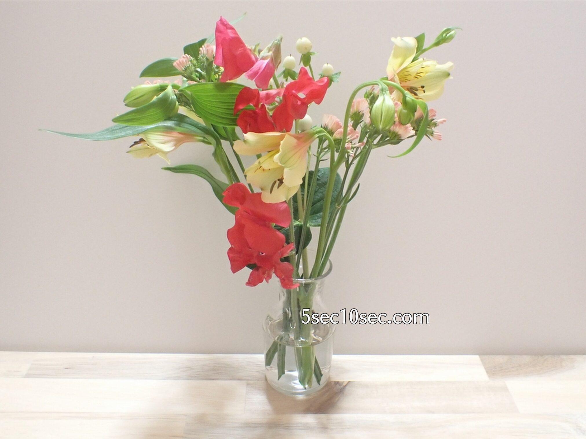 株式会社Crunch Style Bloomee LIFE(ブルーミーライフ)レギュラープラン 2021年1月のお花を花瓶に生けた写真