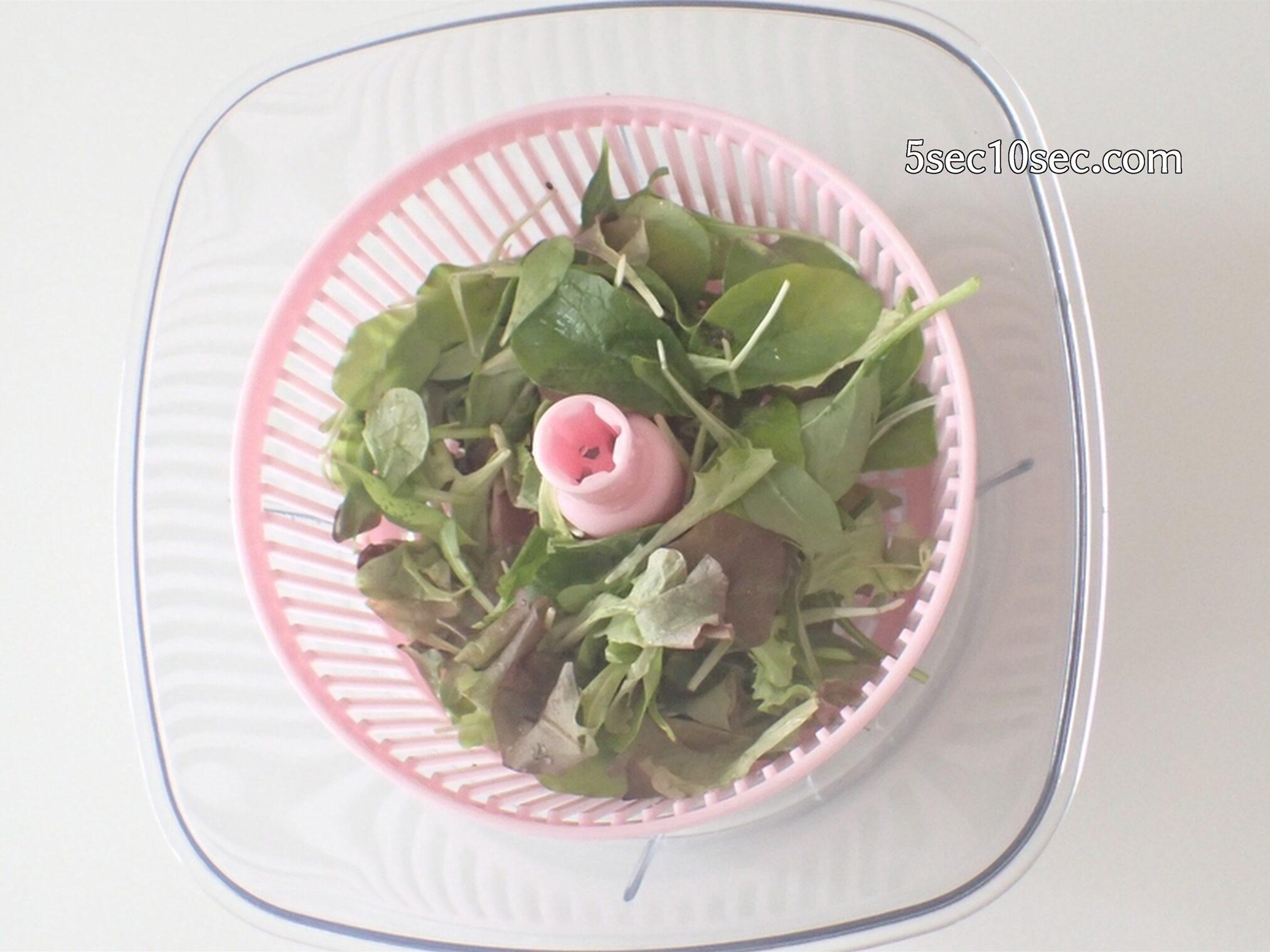 貝印 KHS スピーディーチョッパー L 品番DH2084 水切りかごをセットして野菜の水切りに使っている写真