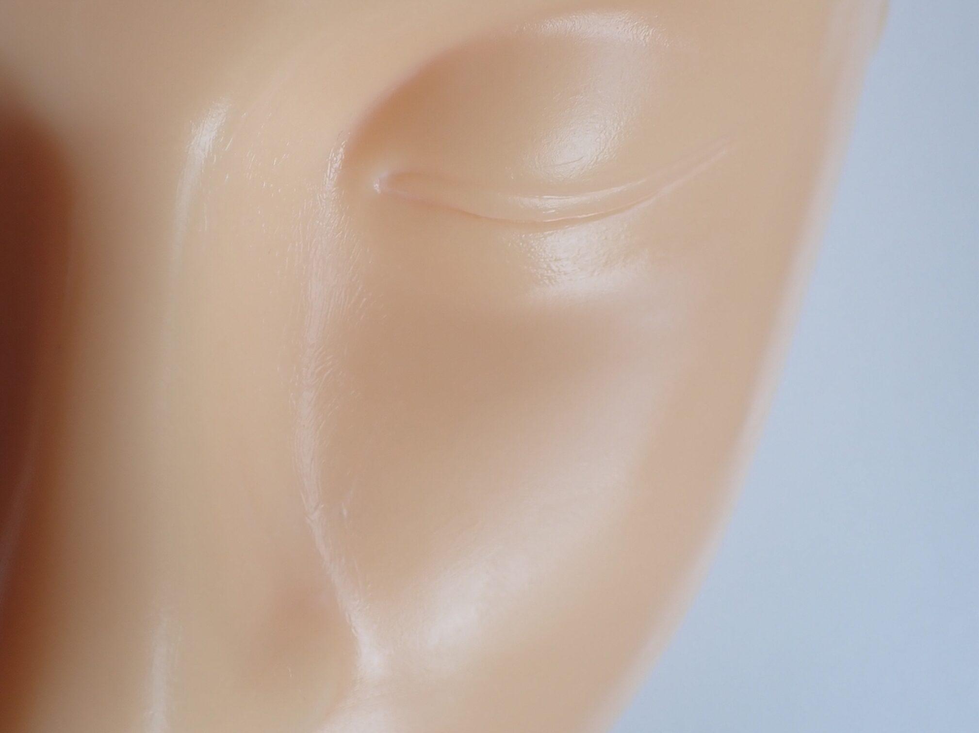株式会社SISI Rozality ロザリティ ウォータリーマスク 夜のスキンケアにアーモンド粒2粒大をなじませた使用写真