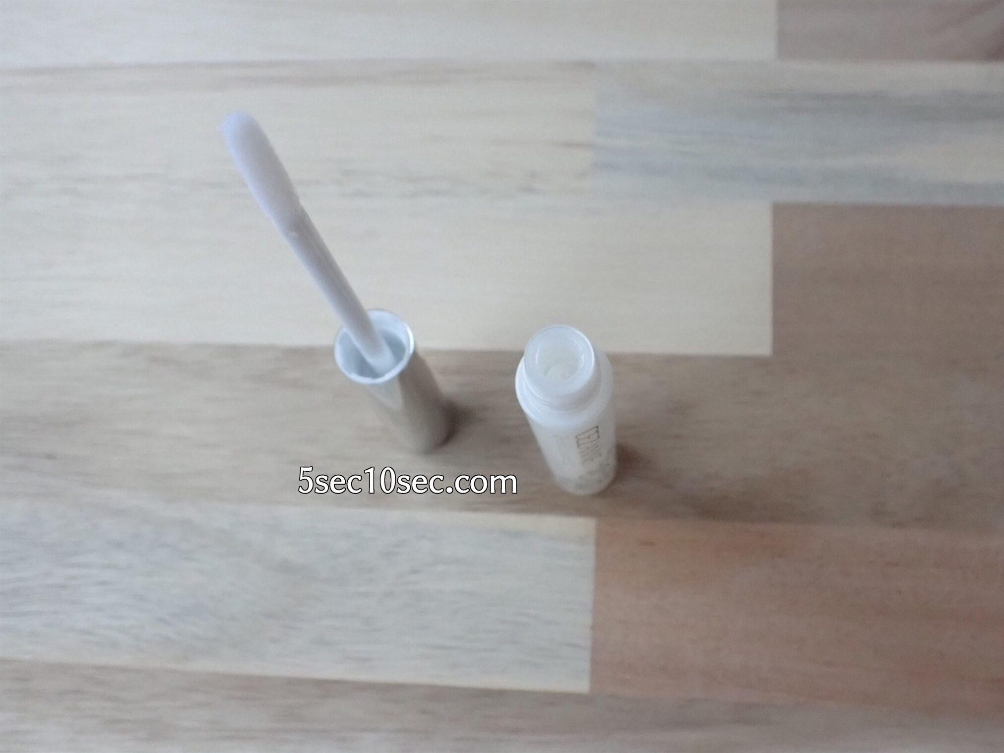 セザンヌ CEZANNE まつげ美容液EX 容器からパフチップにとって使います