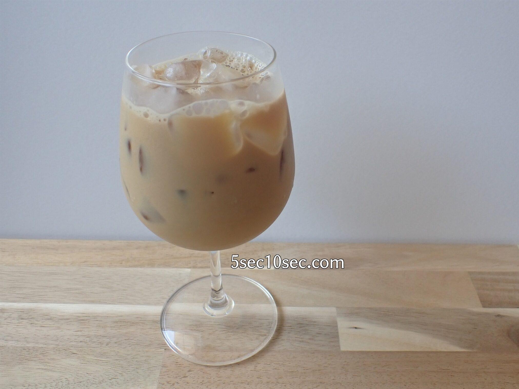 焼酎にコーヒーを溶かして氷を入れて最後に牛乳を注いで混ぜる