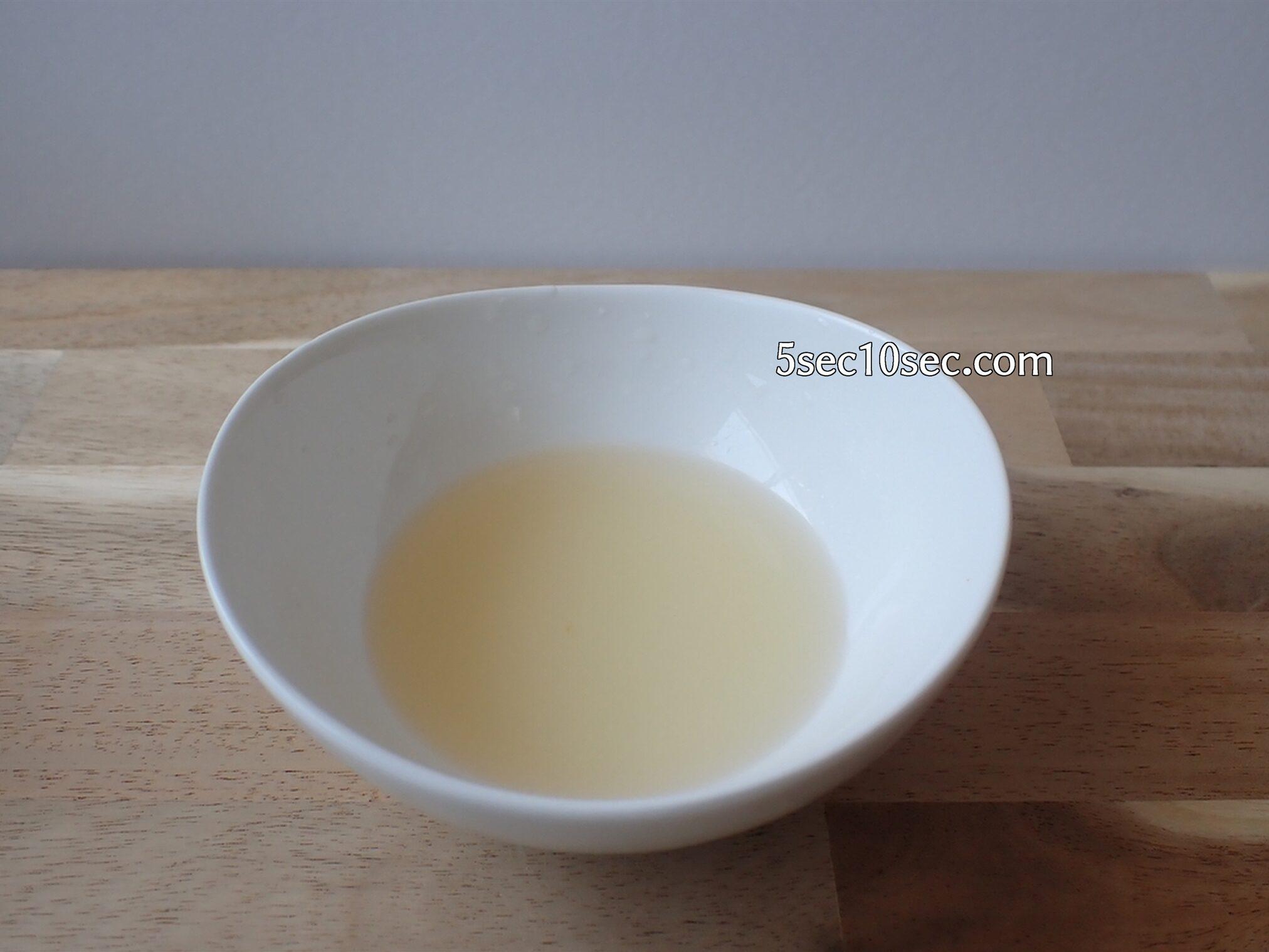 お酒に入れる甘味料として砂糖と水を電子レンジで溶かしておく