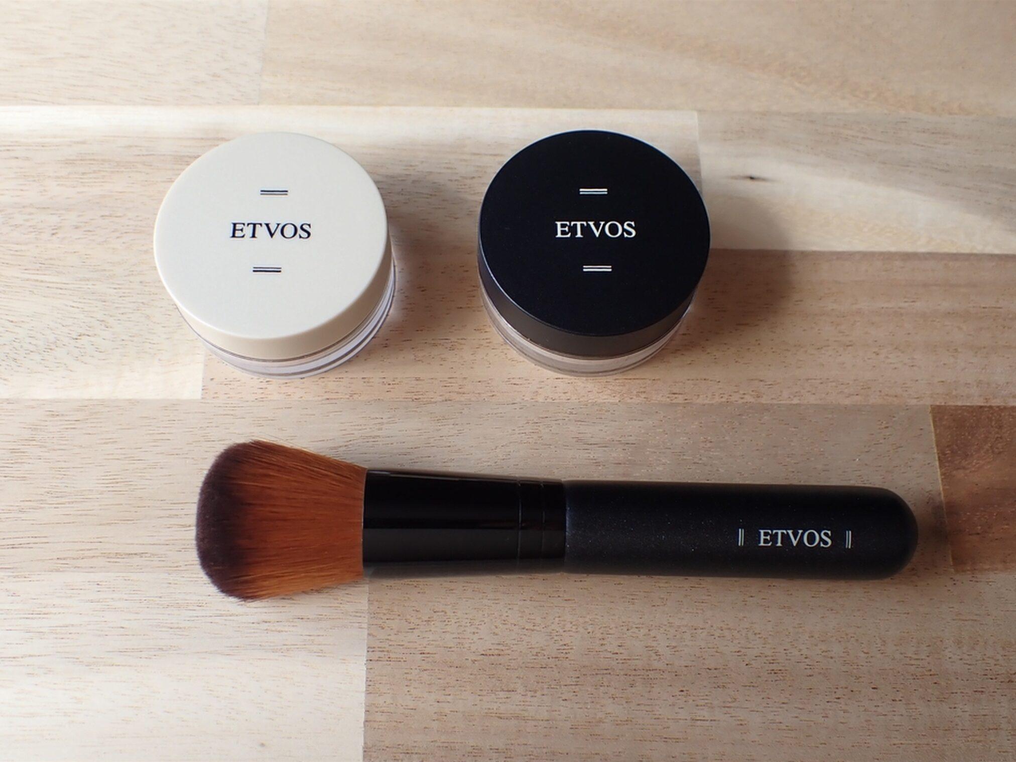 エトヴォス パーフェクトキット 現品のフェイスカブキブラシと、約2週間分の化粧下地とファンデーションがセットになっています
