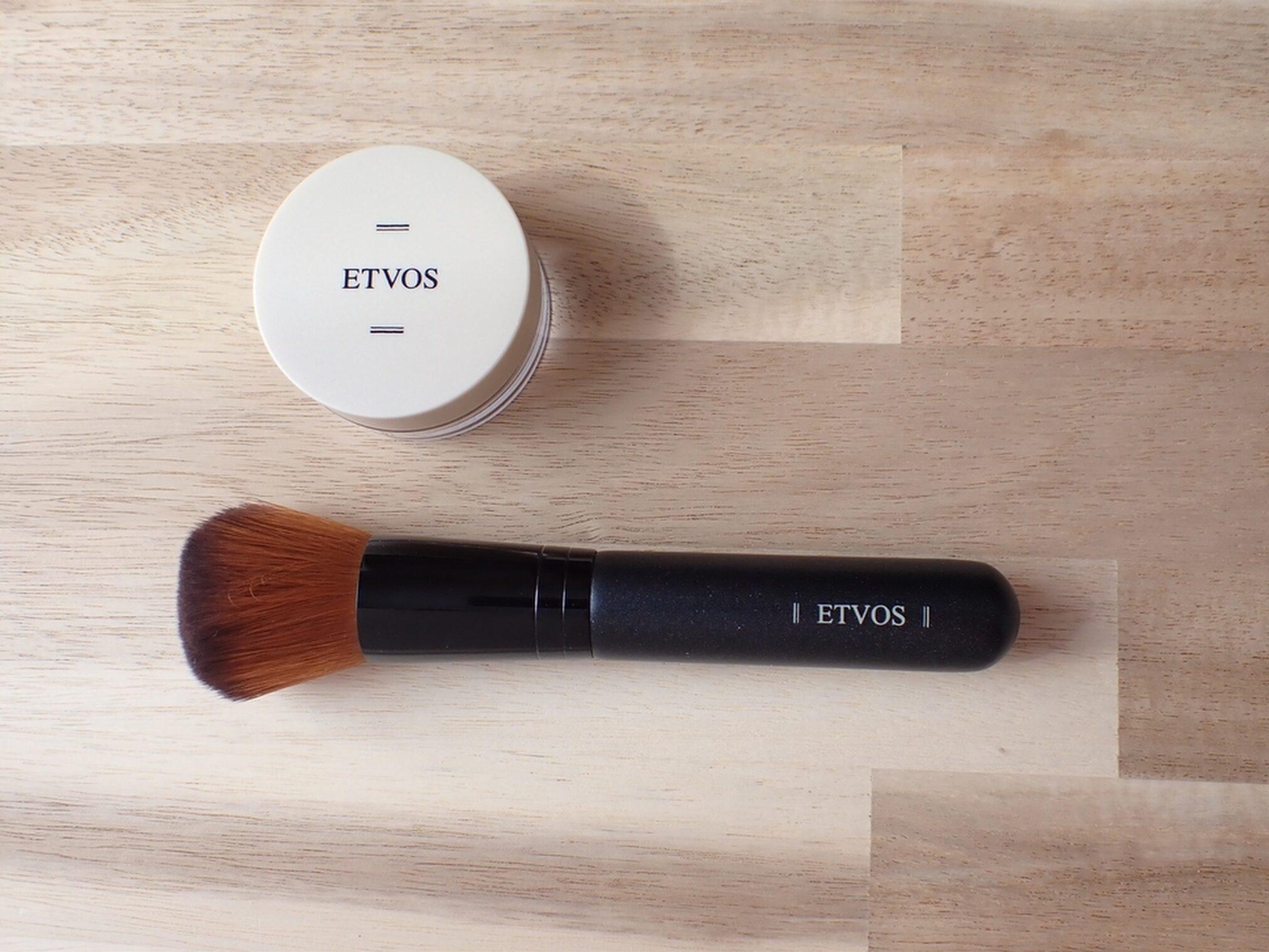 エトヴォス ETVOS パーフェクトキット ナイトミネラルファンデーション 1g フェイスカブキブラシを使って馴染ませます